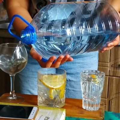 Бармен, три стакана воды