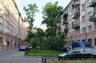 Трёхкомнатная с балконом в кирпичном доме у метро Лесная