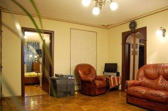 Продаётся двухсторонняя трехкомнатная квартира с ремонтом у метро Комендантский проспект